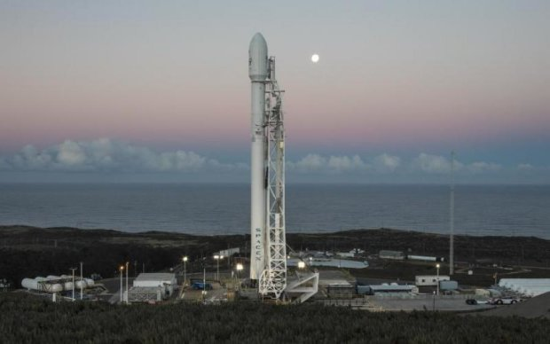 Корабль пришельцев наблюдал за запуском Falcon 9: видеофакт