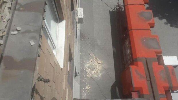 В центре Запорожья многоэтажка трещит по швам, людей выгнали на улицу - без денег и вещей