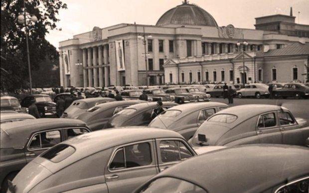 Рідкісне фото: як виглядала парковка Ради понад півстоліття тому