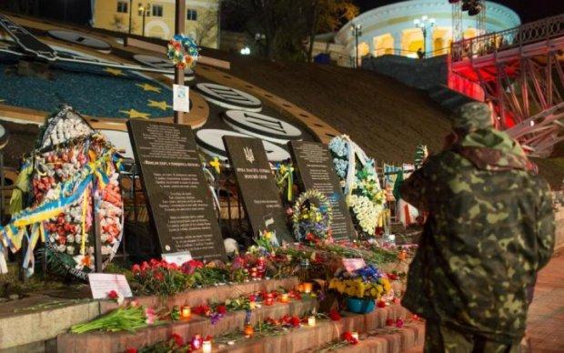 Влада забула: киянин сам оновив меморіал Небесної Сотні
