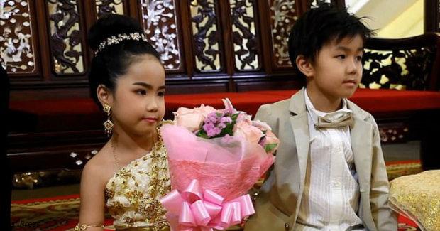 Родители поженили своих детей-двойняшек. Они искренне верят в то, что в прошлой жизни малыши любили друг друга