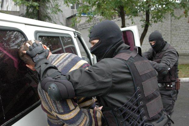 Звірячий напад у столиці: дебошир накинувся на чоловіка з немовлям