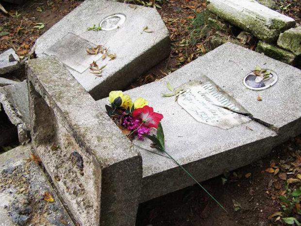 На Прикарпатті орудують могильні вандали, розтрощені пам'ятники та зрізані хрести: дикі кадри