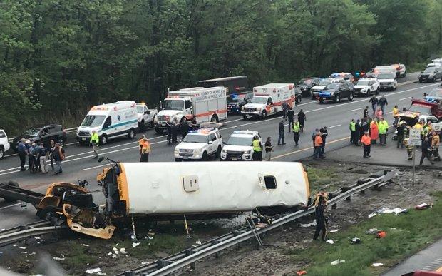 Вантажний потяг на шаленій швидкості протаранив шкільний автобус: є загиблі, за життя вцілілої дівчинки борються лікарі