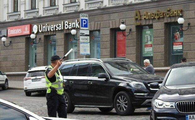 """Второй раз за сутки Киев """"минируют"""": копы перекрыли движение и нашли подозрительный чемодан"""