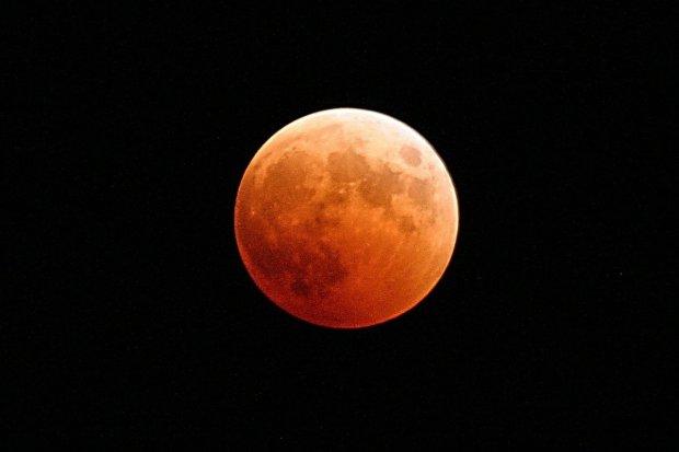 """Над Дніпром зійшов кривавий Місяць: Кінг би оцінив, - кадри краси у стилі """"хоррор"""""""