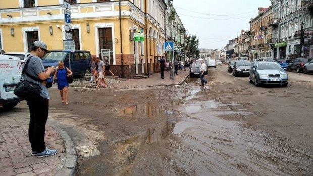 """Гниет и воняет: в центре Киева нашли """"нечто"""" мерзкое"""