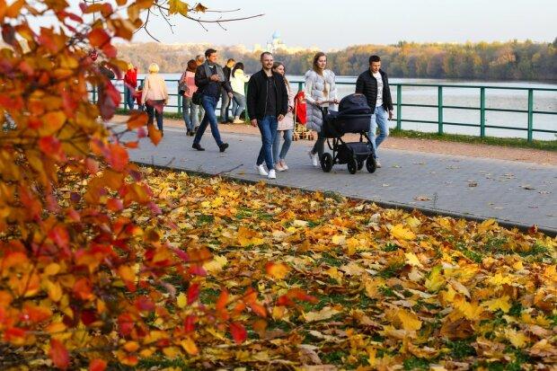 Погода на 13 октября: красочная осень подарит украинцам летнее воскресенье