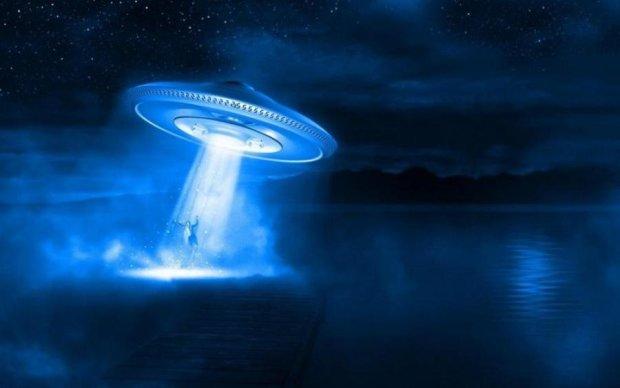 Дружелюбный НЛО просился на борт самолета: видео