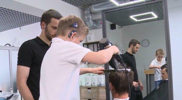 Юный франковчанин без слуха отбирает работу у профессиональных парикмахеров — владеет ножницами как бог