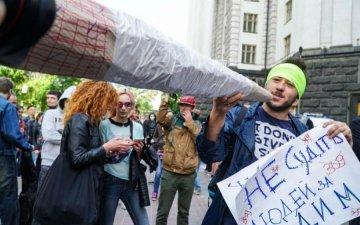 Від усього: українці вимагають лікування канабісом