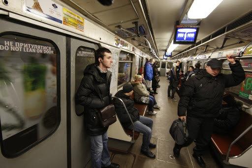 Киянин здивував пасажирів пікантною витівкою в метро - лизнув і тицьнув