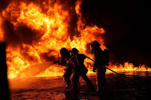 Язики полум'я поглинули життя жінки: в Києві пожежа поставила на вуха весь район, відео