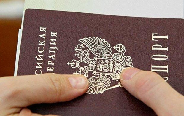 Путін надав 35 українцям російські паспорти