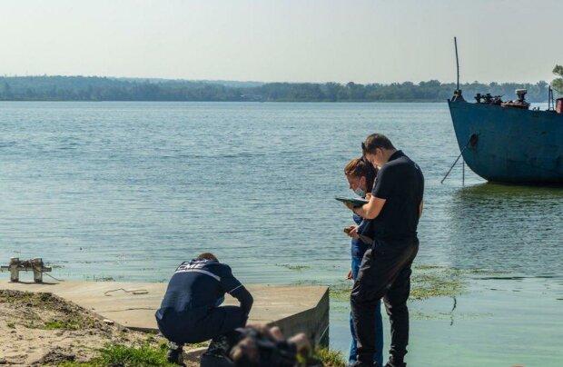 В Днепре из реки выловили изуродованное тело - мужчина, 40 лет, с синим шнурком на шее