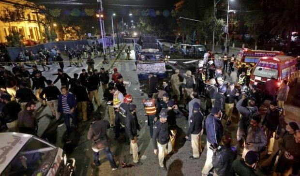 Вибух на мітингу в Пакистані: десяток загиблих
