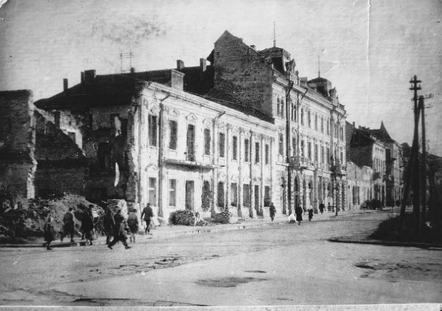 """Українські комунальники """"провалилися"""" в прадавню спальню з двома ліжками"""