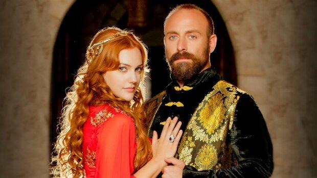 Великолепный Век: о чем говорит алое платье Хюррем, надетое на ночь с Султаном Сулейманом