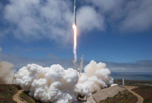 """Ступень ракеты Falcon 9 рухнула в океан и """"выжила"""""""