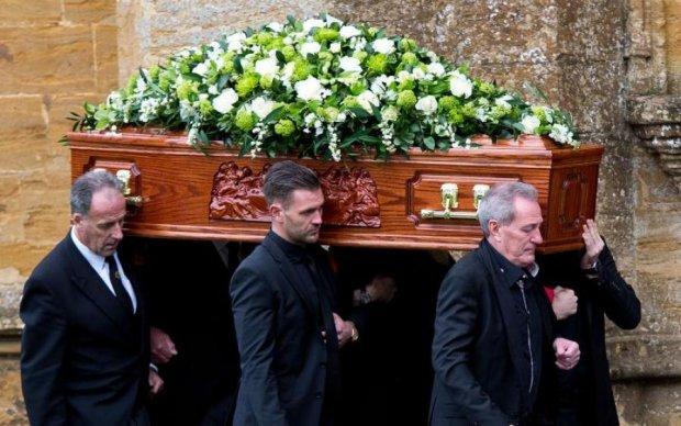 Від долі не втечеш: мати забрала сина в інший світ під час власних похорон