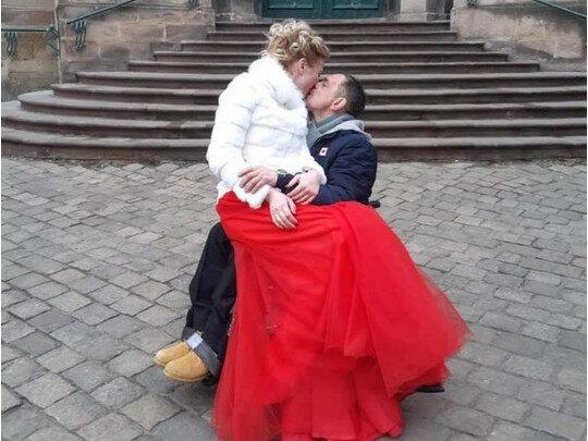 У Львові повінчалися ветеран АТО і відома волонтерка: наречена в червоному, наречений -  на візку