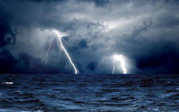 Во время съемки шторма в кадр попали пришельцы: видео