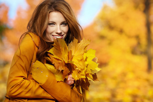 дівчина з листям