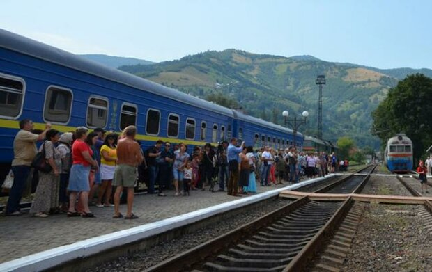 На Прикарпатье поезда резко изменят маршруты: куда больше нельзя купить билет