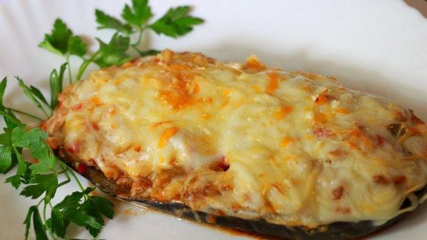 Баклажани фаршировані куркою і помідорами: ситний рецепт на всі випадки життя