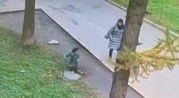 У Росії дитина провалився в люк на очах власної матері: моторошне відео облетіло всі соцмережі