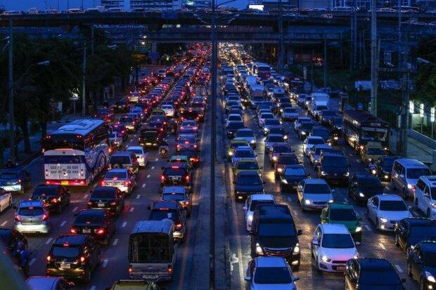 Київ стоїть на місці: водіїв попередили про великі затори, список вулиць