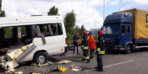 Страшное ДТП под Ивано-Франковском унесло жизни двух молодых людей: слетелись скорая и полиция, первые кадры ада