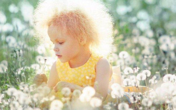 Не приборкає гребінець: світ розчулила дівчинка з рідкісною мутацією