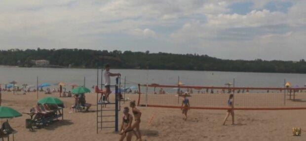 У Запоріжжі закрили пляж через дивну аномалію - біла пляма на всю річку