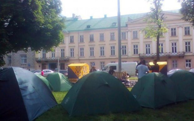 Націоналісти стали табором під стінами Львівської облради