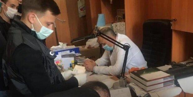 Во Львове хирург попался на мерзкой афере с призывниками - снимал берцы в обмен на конверты