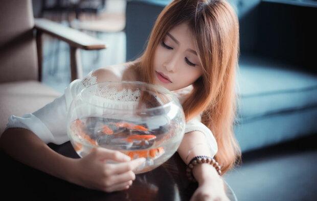 Девушка с аквариумом, фото из открытых источников