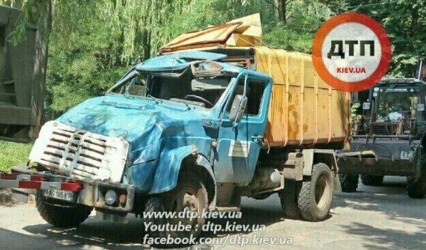 У масштабній аварії в Києві сміттєвоз розбився вщент