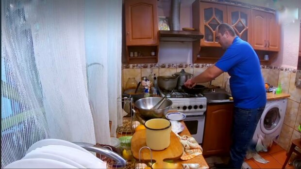 Мужчина у плиты, фото: скриншот из видео