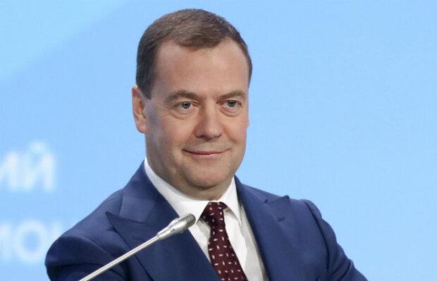 Прем'єр-міністр Росії Дмитро Медведєв споює міністрів та закордонних лідерів, самогон жене сам