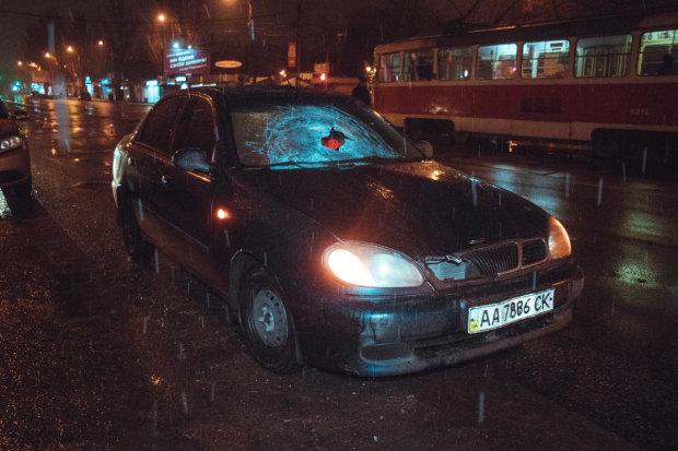 Неймовірна ДТП сколихнула нічний Київ: потерпілий вилетів на дах, водій не зрозумів, що коїться