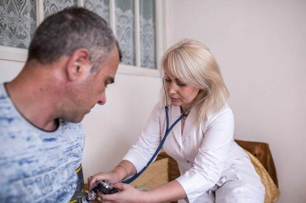 Бесплатная помощь и высокий уровень защиты: в Украине начался новый этап медреформы