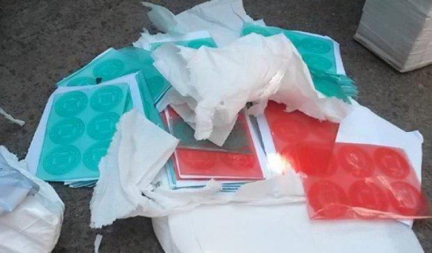В Чернигове задержали машину с фальшивыми печатями избирательных участков (фото)