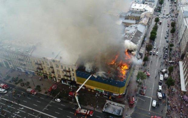 Дрон заснял жуткие последствия пожара в центре Киева