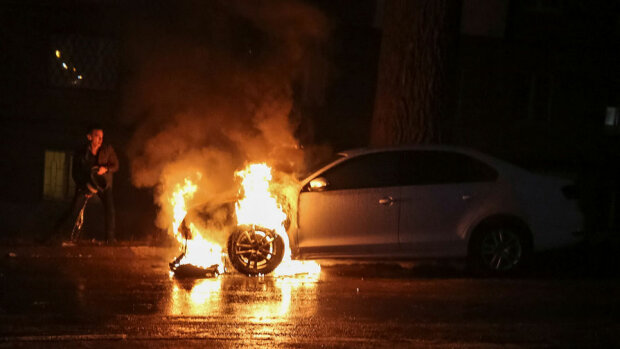 Не доставайся же ты никому: под Запорожьем мужчина сжег собственное авто на зло жене