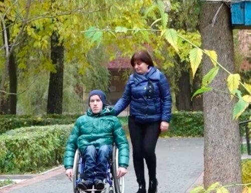 """Тернополянка благає про допомогу для прикутого до інвалідного крісла сина: """"Мріє плавати"""""""