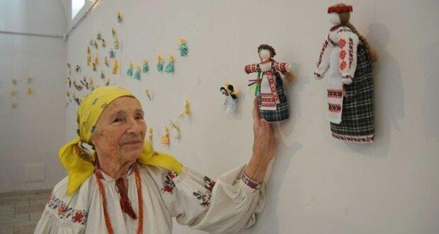 """В Киеве 94-летняя бабушка продавала кукол, чтобы накопить на операцию, сердце вдребезги: """"Как помочь?"""""""