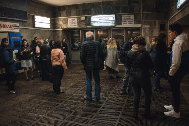 В Киеве десяток мужчин пробежались голышом по метро: фото 18+