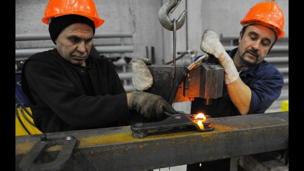"""На российском заводе суровым мужикам официально запретили ласкаться усами: """"Прекратим содомию"""""""