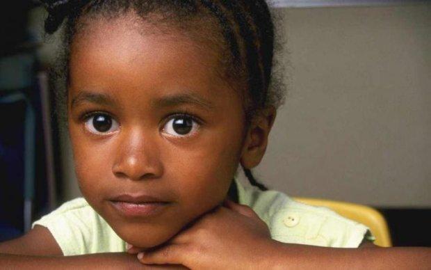 Темношкіру дівчинку посадили на повідець, скандал!